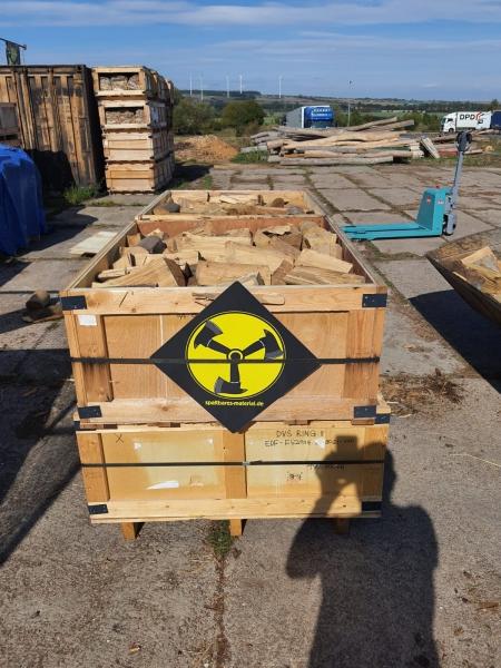 Heiße Kiste – Holz im Regal trocken & sofort verheizbar – 25 cm Scheite-Nadelholz – Holzkiste –